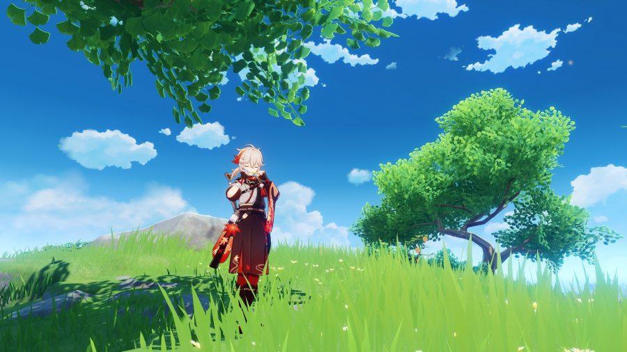 Казуха стоит под деревом