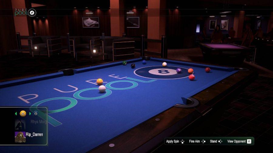 薄暗い部屋には大きなビリヤード台があり、ゲームがプレイされています