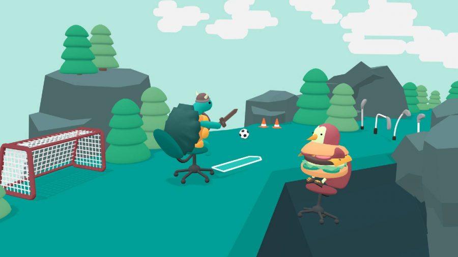 バイキングのヘルメットをかぶり、剣を持ったカメが、小さなゴールを過ぎてオフィスチェアを前に進みます。 近くにハンバーガーコスチュームのペンギンが見える